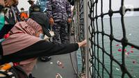 Kesedihan keluarga korban saat prosesi tabur bunga di lokasi jatuhnya pesawat Sriwijaya Air SJ 182 di perairan Kepulauan Seribu, Jumat (22/1/2020). Tabur bunga diikuti perwakilan keluarga korban, tim manajemen Sriwijaya Air, regulator, hingga Tim SAR. (Liputan6.com/Faizal Fanani)