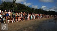 Suasana pelepasan tukik  di Pantai Kuta, Bali, Senin (31/8/2015). (Liputan6.com/ Helmi Fithriansyah)