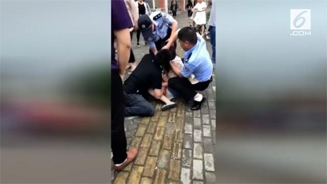 Seorang wanita menggigit lidah kekasihnya di china. Polisi turun tangan untuk memisahkan dengan  cara menyemprotkan gas air mata.