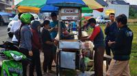 Para pelanggan mengantre untuk mendapatkan cakwe Pak Ahmad. (Foto: Anggit Dwi P)