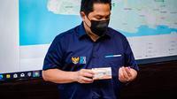Menteri BUMN Erick Thohir didampingi Direktur Utama PT Bio Farma (Persero) Honesti Basyir melakukan peninjauan command center, fasilitas produksi serta penyimpanan vaksin Covid-19 di PT Bio Farma, Kamis (7/1/2021).
