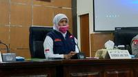 Gubernur Jawa Timur Khofifah Indar Parawansa meminta semua masyarakat sampai tingkat desa dan kelurahan terlibat aktif mencegah penyebaran Corona Covid-19  (Liputan6.com/Zainul Arifin)