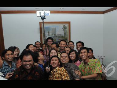Gubernur DKI Jakarta Joko Widodo dan wakil Gubernur DKI Jakarta Basuki Tjahaja Purnama berselfi bersama stafnya (Liputan6.com/Herman Zakharia)