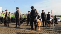 Sejumlah anggota kepolisian membawa anjing pelacak saat apel gelar pasukan di Kawasan Monas, Jakarta,  Rabu (8/4/2015). Polda Metro Jaya menerjunkan 4.236 personel untuk mengamankan pelaksanaan Peringatan KAA. (Liputan6.com/Herman Zakharia)