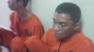 Yanto dan Ridho yang sudah diamankan oleh petugas Dirkrimum Polda Sumsel (Liputan6.com/Nefri Inge)