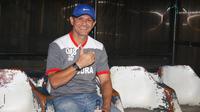 Pelatih Madura United, Gomes de Oliveira. (Bola.com/Permana Kusumadijaya)