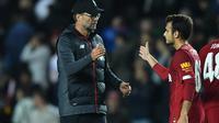 Pemain Liverpool, Pedro Chirivella, bersama Jurgen Klopp. (AFP/Ben Stansall)