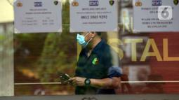 Polisi berjalan di Posko Ante Mortem-DVI RS Polri Jakarta, Selasa (12/1/2021). Hingga saat ini, tim DVI masih mengumpulkan sampel DNA penumpang pesawat Sriwijaya Air SJ 182 yang jatuh di perairan Kepualauan Seribu. (merdeka.com/Imam Buhori)