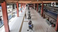 Calon penumpang menunggu jadwal keberangkatan bus di Terminal Kampung Rambutan, Jakarta, Kamis (12/11/2020). Pemprov DKI Jakarta menganggarkan Rp 170 miliar untuk revitalisasi Terminal Kampung Rambutan yang telah diajukan pada Desember 2019. (merdeka.com/Iqbal Septian Nugroho)