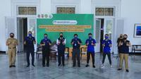 Persib Bandung menyerahkan bantuan alat APD ke Pemprov Jabar, Selasa (19/5/2020). (Bola.com/Erwin Snaz)