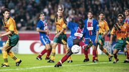 Karier George Weah mulai mendunia saat bermain untuk PSG. Pemain dengan tinggi 185 cm itu berhasil meraih gelar Ballon d'Or 1995 dan menjadi top scorer Liga Champions musim 1994/95. (AFP/Jean-Loup Gautreau)