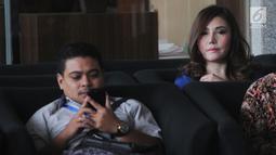 Istri siri terpidana korupsi e-KTP Andi Agustinus alias Andi Narogong, Inayah (kanan) menunggu untuk menjalani pemeriksaan di Gedung KPK, Jakarta, Selasa (27/8/2019). Inayah digali keterangannya dalam kapasitasnya sebagai Direktur Utama PT Selaras Korin Pratama. (merdeka.com/Dwi Narwoko)