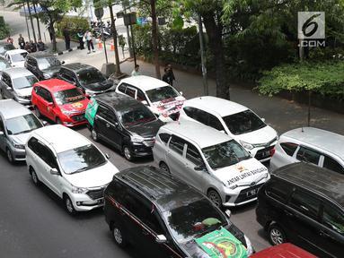 Ratusan kendaraan taksi online yang tergabung Aliansi Nasional Driver Online Indonesia berjejer di jalan Iskandarsyah menuju Terminal Blok M, Jakarta, Selasa (25/9). Mereka berunjuk rasa di depan Kantor GO-JEK Indonesia. (Liputan6.com/Helmi Fithriansyah)