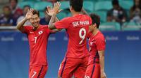 Penyerang Korea Selatan, Son Heung-min (kiri) melakukan selebrasi bersama rekannya, Suk Hyun-Jun (tengah) dan Ryu Seung-Woo, usai mencetak gol ke gawang Fiji, pada pertandingan sepak bola Olimpiade Rio 2016. Korsel tampil mengejutkan di event multicabang