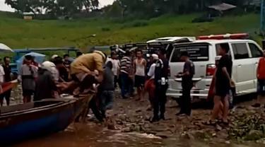 Dua orang meninggal dunia usai tersambar petir di Musala Keramba Jaring Apung Waduk Ir Juanda Jatiluhur, Purwakarta. (Foto: Liputan6.com/Abramena)