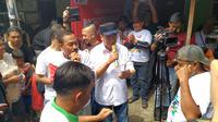 Menteri Perhubungan Budi Karya Sumadi berdialog dengan pra supir bajaj di Jalan Kemandoran Pluis No. 20, Kebayoran Lama, Jakarta, Sabtu (16/2/2019).