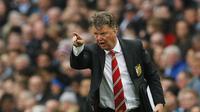 Pelatih Manchester United, Louis van Gaal, memberikan instruksi kepada para pemainnya saat melawan Manchester City pada lanjutan Liga Inggris pekan ke-31 di Stadion Etihad, Manchester, Minggu (20/3/2016). (Reuters/Jason Cairnduff)