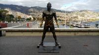 Patung Cristiano Ronaldo di depan CR7 Museum, di Funchal, Madeira, Portugal. (Bola.com/Reza Khomaini).