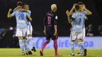 Para pemain Celta Vigo saat merayakan gol kedua ke gawang Barcelona pada pertandingan lanjutan La Liga, di Stadion Balaídos, Minggu atau Senin (3/10/2016) dini hari WIB. (AFP/Miguel Riopa).