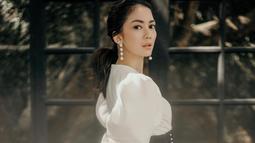 Wanita kelahiran Malang, 6 November 1985 itu sesekali jalani pemotretan. Ia juga tak jarang bagikan OOTD sehari-harinya. Termasuk outfit putih yang membuatnya tampil elegan.(Liputan6.com/IG/@ririndwiariyanti)
