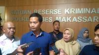 Kasat Reskrim Polrestabes Makassar, Kompol Wirdhanto saat merilis penetapan tersangka kasus penyekapan tiga bocah asuh di Makassar (Liputan6.com/ Eka Hakim)