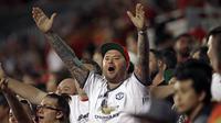 Suporter Manchester United merayakan kemenangan atas Real salt Lake pada laga persahabatan di Stadion Rio Tinto, Utah, Selasa (17/7/2017). MU menang 2-1 atas Salt Lake. (AP/Rick Bowmer)