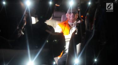 Dirut PT. PLN nonaktif Sofyan Basir memakai rompi tahanan usai pemeriksaan di Gedung KPK, Jakarta, Senin (27/05/2019). Sofyan Basir resmi ditahan 20 hari kedepan untuk mempermudah pemeriksaan terkait menerima suap dari Johannes Kotjo dalam pembangunan proyek PLTU Riau-1. (merdeka.com/Dwi Narwoko)
