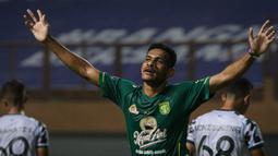Ricky Kambuaya memiliki peran kunci di lini tengah Persebaya Surabaya. Ia telah mencetak tiga gol pada seri pertama BRI Liga 1 2021/2022 ini. Selain itu, ia juga mampu menciptakan 10 tekel sukses dan 9 intersep. (Bola.com/Bagaskara Lazuardi)
