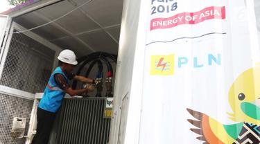 Teknisi mengecek Power Bank dan Mobile UPS penyuplai listrik di Hotel Sultan, Jakarta, (15/2). Pemasangan alat yang disediakan PLN itu untuk penyuplai pasokan listrik acara debat capres dan cawspres  kedua pada Minggu besok. (Liputan6.com/Angga Yuniar)