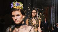 Koleksi busana bermotif batik Maquin Couture yang mejeng di runway Milan Fashion Week jelang Hari Batik Nasional. (dok. Instagram @maquinnofficial/https://www.instagram.com/p/CFnh3x0Fy3x/)