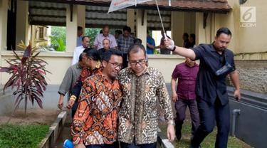 Wali Kota Makassar Mohammad Ramdhan Pomanto alias Danny Pomanto (kanan) didampingi pengacaranya saat menghadiri pemeriksaan Dit Reskrimsus Polda Sulsel, Kamis (21/6). Pemeriksaan ini dilakukan di hari pertama kerja setelah cuti Lebaran. (Liputan6.com/HO)