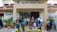 Penghuni Apartemen Gading Mediterania Residence dan Gading Nias Residence di Jakarta Utara menyerahkan bantuan sembako Lebaran untuk warga Kelapa Gading Barat. (Ist)