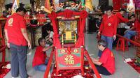 Sejumlah orang menghias tandu untuk arak-arakan dalam perayaan Cap Go Meh di Vihara Amurva Bhumi, Jatinegara, Jakarta, Sabtu (3/3). Warga keturunan tionghoa bakal mengarak patung dewa yang diletakkan di tandu itu. (Liputan6.com/Immanuel Antonius)