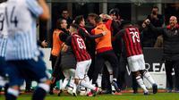 Para pemain AC Milan memeluk Gonzalo Higuain setelah mencetak gol selama pertandingan melawan SPAL pada lanjutan Liga Serie A Italia di stadion San Siro (29/12). Milan menang tipis atas SPAL 2-1. (AP Photo/Antonio Calanni)