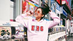 Memakai hoodie bewarna merah jambu dilengkapi dengan half sunglasses bewarna merah, membuat pemeran Milea ini terlihat lebih cute dan ceria. Kacamata half sunglasses dengan lensa bewarna memang enggak pernah salah buat penampilan lebih colorful. (Liputan6.com/IG/vaneshaass)