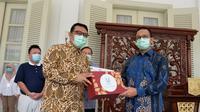 Penyerahan bantuan dari Unilever Indonesia pada Pemerintah Provinsi (Pemprov) DKI Jakarta dalam menanggulangi pandemi corona COVID-19. (dok. Unilver Indonesia)