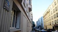 Jalanan di lingkungan perumahan mewah di Paris, Prancis tempat polisi menemukan bahan peledak. (AFP)