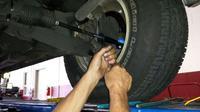 Tie rod bermasalah dapat dirasakan ketika kemudi diputar. (foto: HomeTowne Auto Repair & Tire)
