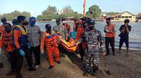 Evakuasi jenazah mahasiswi yang hilang saat saat swafoto di Pantai Logending, Kebumen. (Foto: Liputan6.com/Basarnas)