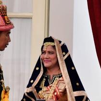 Presiden Jokowi dan Ibu Negara mengikuti upacara HUT ke-73 RI di Istana Merdeka. Uniknya, sebelum upacara keduanya nampak asik berswafoto dengan baju adat.