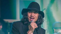 Tak hanya memakai bucket hat yang Duta sering gunakan, tetapi juga topi panama . Penampilan dari pria berusia 39 tahun ini semakin modis dengan menggunakan topi panama. (Liputan6.com/IG/@duta507)