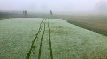 Para pegolf bermain dalam kabut tebal di Lapangan Golf Russley di Christchurch, Selandia Baru, Sabtu (25/5/2019). Beberapa penerbangan di Bandara Christchurch ditunda atau dibatalkan karena kabut tebal menyelimuti kota tersebut. (AP Photo/Mark Baker)