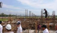 Bupati nonaktif Purbalingga, Tasdi meninjau proyek Purbalingga Islamic Centre (PIC) November 2017. Tasdi belakangan terjerat suap dalam proyek ini. (Foto: Liputan6.com/Dinkominfo PBG/Muhamad Ridlo)