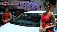 Wanita-wanita berparas cantik dan bertubuh sintal menghiasi booth peserta gelaran Indonesia Indonesia International Motor Show