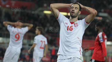 Gelandang Serbia, Luka Milvojevic, tampak kecewa usai kebobolan dari Austria pada laga kualifikasi Piala Dunia 2018 di Stadion Ernst Happe, Wina, Jumat (6/10/2017). Austria menang 3-2 atas Serbia. (Bola.com/Reza Khomaini)