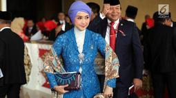Penyanyi senior Tanah Air, Desy Ratnasari menghadiri pelantikan anggota DPR RI di Kompleks Parlemen, Senayan, Jakarta, Selasa (1/10/2019). Di antara 575 anggota DPR terpilih, terdapat 14 artis yang menjadi wakil rakyat Indonesia. (Liputan6.com/Johan Tallo)