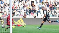 Striker Juventus, Cristiano Ronaldo, mencetak gol ke gawang SPAL pada laga Serie A di Stadion Allianz, Sabtu (28/9). Juventus menang 2-0 atas SPAL. (AP/Alessandro Di Marco)