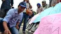 Puluhan JUrnalis Bengkulu menggelar aksi tabur bunga sebagai pentuk perlawanan terhadap berita HOAX (Liputan6.com/Yuliardi Hardjo)