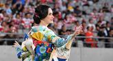 Seorang penari mengenakan pakaian tradisional Jepang, kimono tampil selama upacara pembukaan Rugby World Cup Pool 2019 jelang pertandingan antara Rusia dan Jepang di Stadion Tokyo (20/9/2019). Rugby World Cup Pool diselenggarakan dari 20 September hingga 2 November. (AFP Photo/Toshifumi Kitamura)