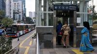 Penumpang menaiki lift di stasiun MRT Dukuh Atas, Jakarta, Rabu (12/6/2019). Dalam satu bulan ini terjadi peningkatan jumlah penumpang sebesar 11 persen menjadi 20,3 juta per bulan dari jumlah sebelumnya hanya mencapai 18,2 juta per bulan. (merdeka.com/Iqbal S. Nugroho)